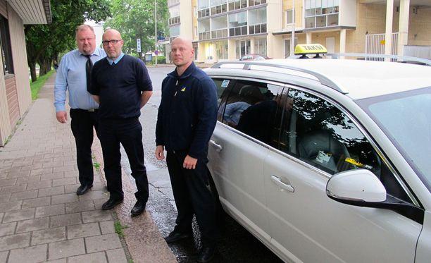 Tätä oli ilmassa, sanovat Microsoftin irtisanomisista salolaiset taksinkuljettajat Jouni Rannikko, Ari-Mikko Laiho ja Juha Heiskanen .