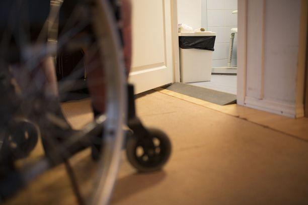 Kotihoitajan ahdistelu alkoi sanallisesti jo asiakkaan vessakäynnin yhteydessä.