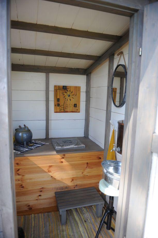 Tarja Teräväinen halusi säilyttää tuulimyllyn idyllin, joten vessalle täytyi keksiä muu paikka. Biokäymälä löytyy saunamökin yhteydestä.