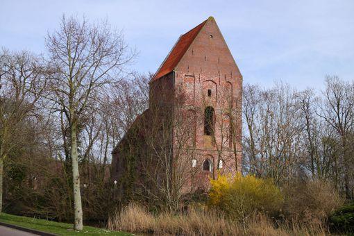 Saksalaisen Suurhusenin kirkon torni on Pisan tornia kaltevampi.