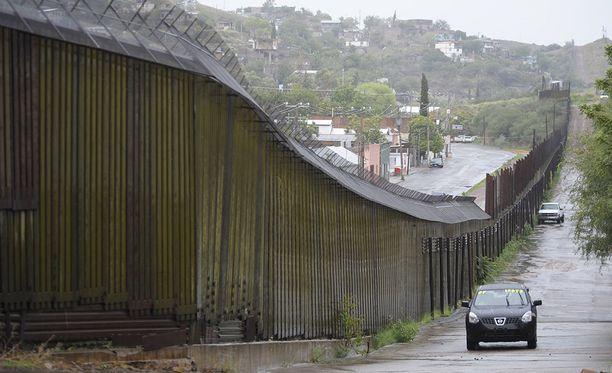 Trump lupasi, että muurin rakentaminen USA:n ja Meksikon rajalle aloitetaan nopeasti. Esimerkiksi Nogalesissa Arizonassa rajalla on jo aita.