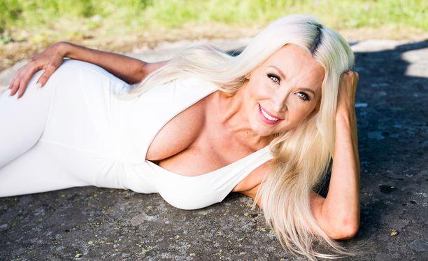Yrittäjä Susanna Penttilä nauttii kesän lämpimistä keleistä.