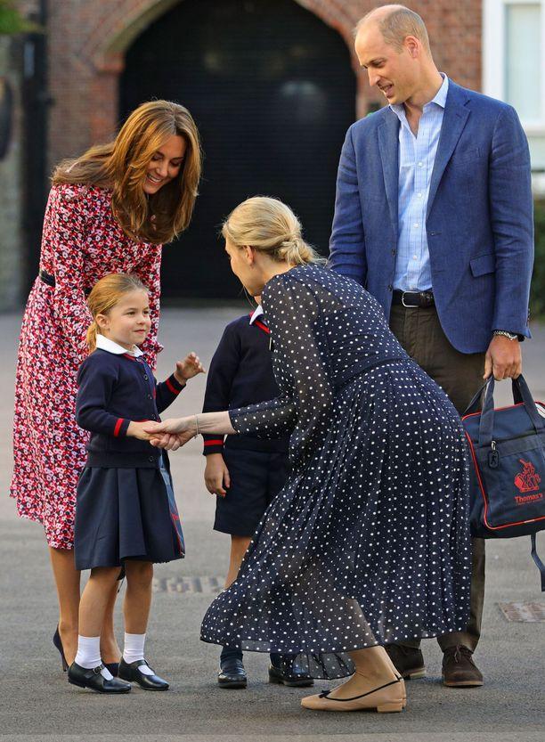 Charlotten ja rehtorin kättely ikuistettiin kuviin koulun pihalla.