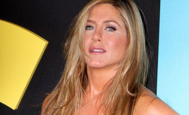 Jennifer Aniston tuntuu todella turhautuneen vauvauteluihin. Myöhemmin Conan O'Brienin haastattelussa näyttelijätär ojensi talk show -isännälle paketillisen omien kanojensa munimia munia. - Kaikki puhuvat munasarjoistani kuitenkin, joten no, annan ne nyt sinulle Conan, Jennifer täräytti ojentaessaan munakennon punapäälle.