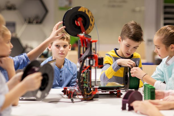 Lapsia opettelemassa robotiikan alkeita.