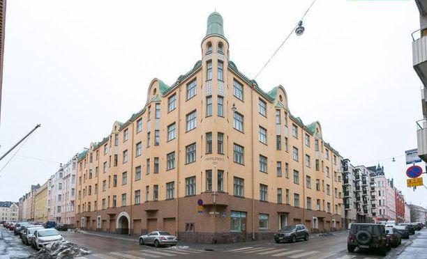 Läpitalon huoneisto sijaitsee Kaivopuiston Kivilinnassa.