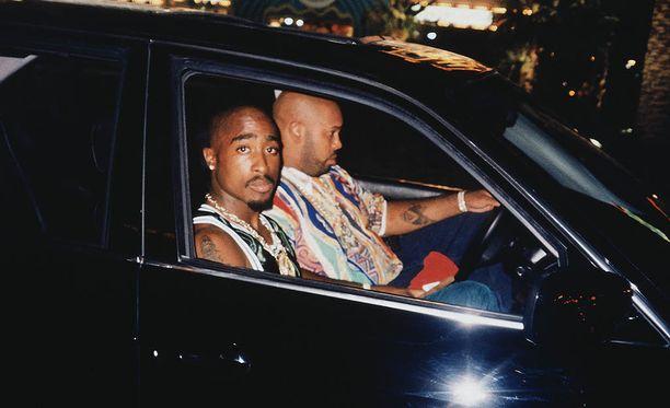 Tämä kuva Tupacista jäi hänen viimeiseksi elossa olevana. Räppäri ammuttiin samana iltana auton etupenkille.