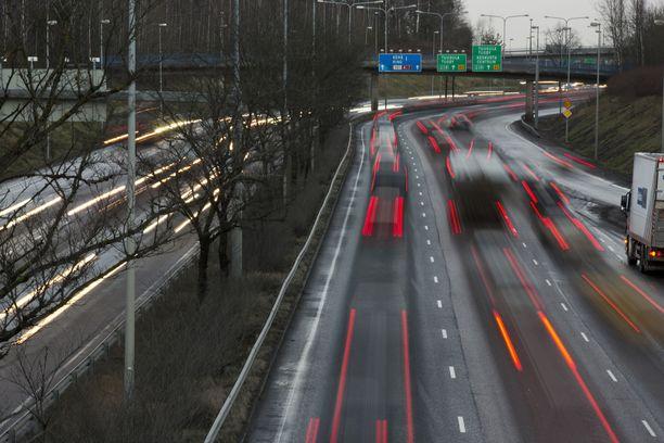 Helsingin liikenneonnettomuuksien määrä on kääntymässä kasvuun. Toisaalta kuolonuhreja ei ole tullut pitkään aikaan.