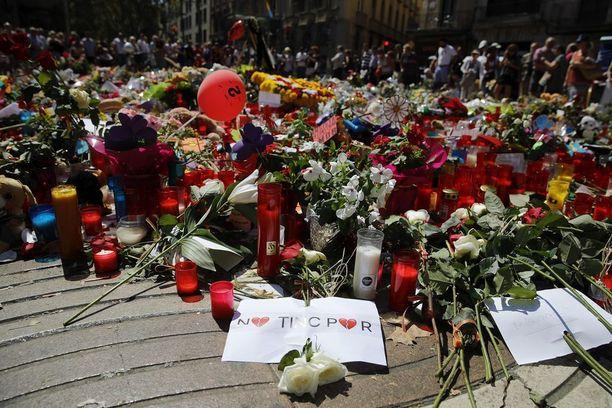 """Iskupaikalle on tuotu kukkia ja kynttilöitä. Viestissä lukee katalaaniksi """"Meillä ei ole pelkoa""""."""