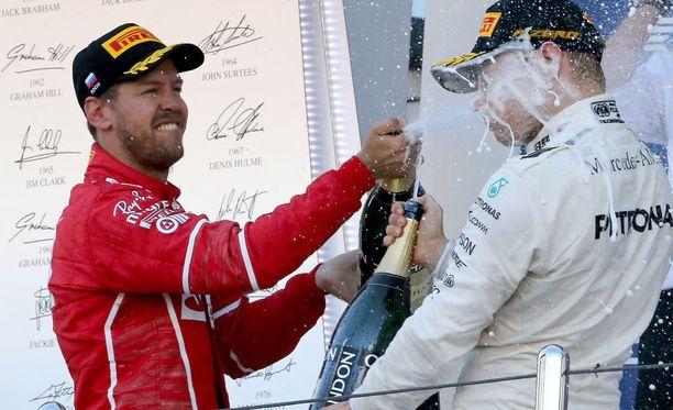 Sebastian Vettel ja Valtteri Bottas suihkuttelivat samppanjaa sunnuntaina Sotshin GP:n palkintopallilla.