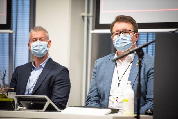 Viime syksynä pidetyssä tiedotustilaisuudessa Taneli Puumalainen ja Mika Salminen istuivat vakavina maskit kasvoillaan.