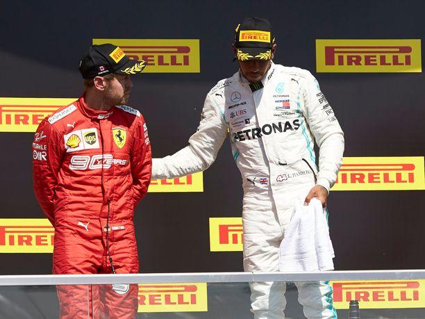 Lewis Hamilton pyysi Sebastian Vettelin korkeimmalle korokkeelle.