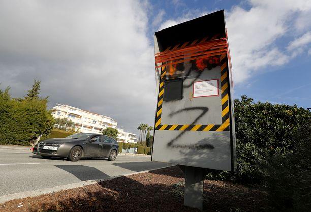 Maalin poistaminen nopeusvalvontakamerasta tulee kalliiksi ja on työlästä.