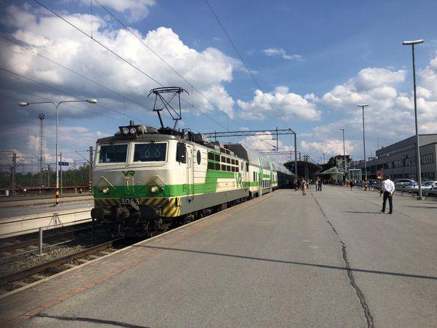 Juna sai uuden veturin, kun vanhaa ei enää voitu käyttää ylikuumenemisen takia.
