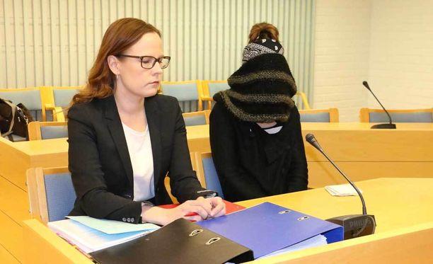Kuvassa syytetty, kasvonsa peittänyt Kaisa Vornanen-Karaduman ja hänen puolustusasianajajansa Meeri Palosaari.