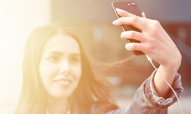 Selfie vääristää kasvojen mittasuhteita. Kuvituskuva.
