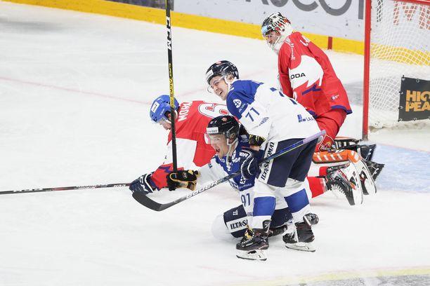 Kristian Kuusela sai syöttöpisteen Juho Lammikon taistelemaan maaliin.