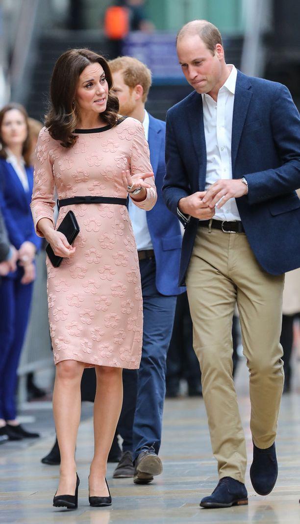 Catherine edusti hyväntuulisena Williamin kanssa.