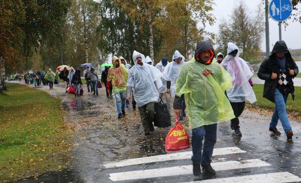 Lehden haastattelemat turvapaikanhakijat ihmettelevät poliisien määrää. Kuva viime viikolta Torniosta.