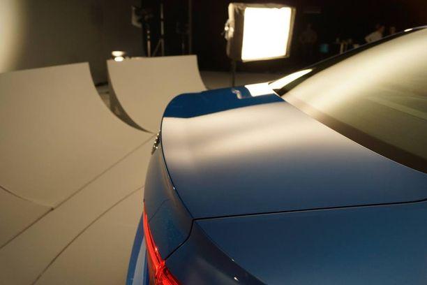 Sedanin perässä on pieni, miltei huomaamaton lippa, joka on kompromissi aerodynamiikan ja korin konservatiivisen ulkonäön välillä.