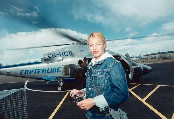 Anu Saagim-Ratia testasi Helsingin ja Tallinnan välillä aloitetun helikopteriliikenteen vuonna 2000. Anu jaksaa vuodesta toiseen rohkaista suomalaisia naisia ulkonäön suhteen.