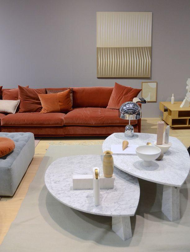 Eilerseenin sohvassa yhdistyy rentous ja muhkeus. Sohvassa oli trendikäs tiilenvärinen samettiverhoilu.