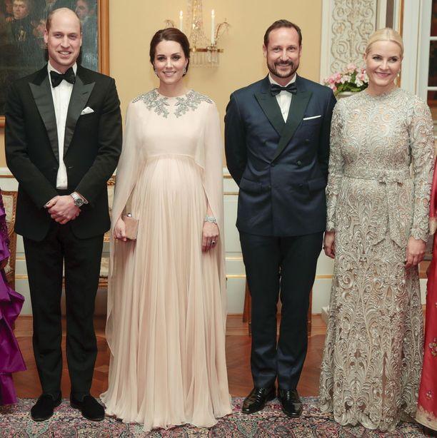 Prinssi William, herttuatar Catherine, prinssi Haakon ja kruununprinsessa Mette-Marit ykköset yllään.
