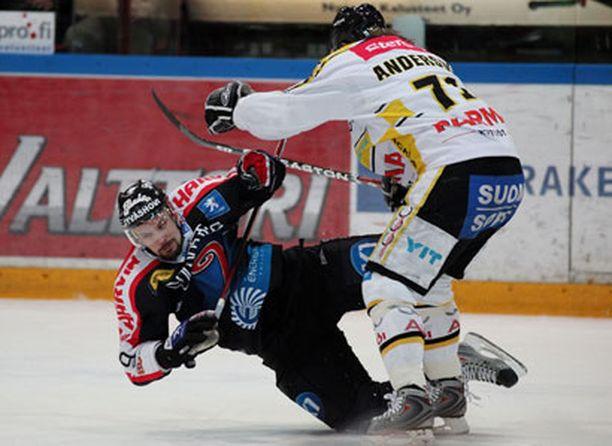 Jypin Mikko Hakkarainen ja Kärppien Jonas Andersson ottavat yhteen kiivassa finaalitaistossa.