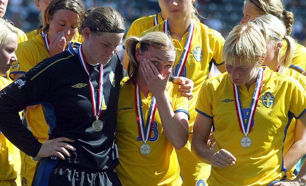Ruotsi hävisi MM-finaalin Saksalle. Caroline Jönsson kuvassa vasemmalla.