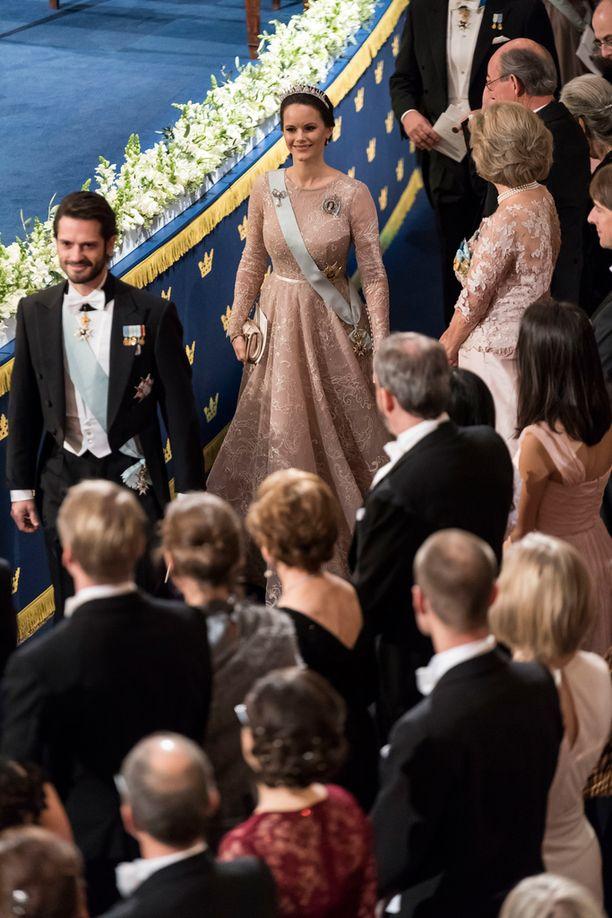 Prinsessa Sofia hurmasi nudenvärisessä iltapuvussa.