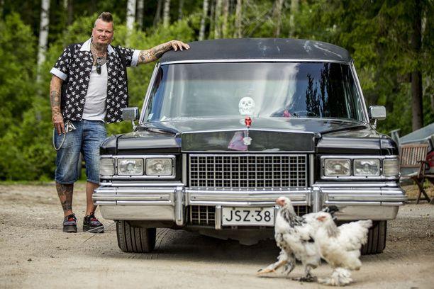 Christian Lagerroos harrastaa ja entisöi jenkkiautoja. Kuvassa vuoden 1976-mallinen Cadillac ruumisauto.