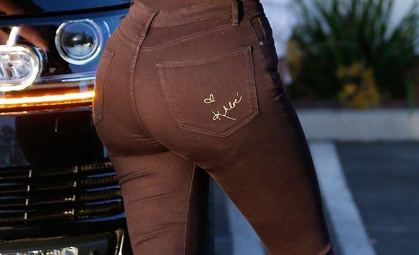 Khloe Kardashian takapuolta korostavissa nimikkofarkuissaan.