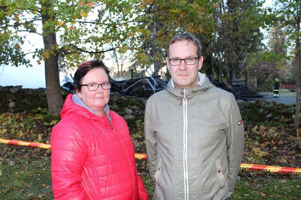 – Kaikki sukulaiset on siunattu kirkossa ja häät on vietetty täällä, Heli Törrönen suree aviomiehensä Jarkko Törrösen kanssa.