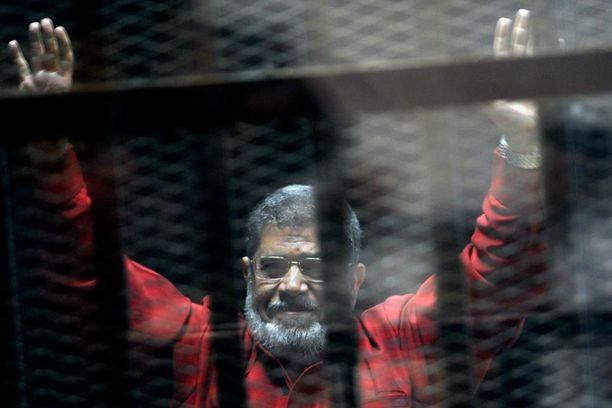 Muhammed Mursi oikeudenkäynnissä kesällä 2015.