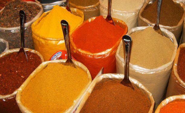 Tutkimusten perusteella elintarvikesäännösten vastaisia kurkuma-, curry- ja chilimausteita löydettiin yhteensä 950,5 kiloa. Kuvituskuva.