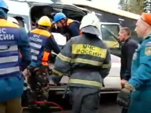 Pelastustöitä tehtiin onnettomuuspaikalla perjantaiaamuna.