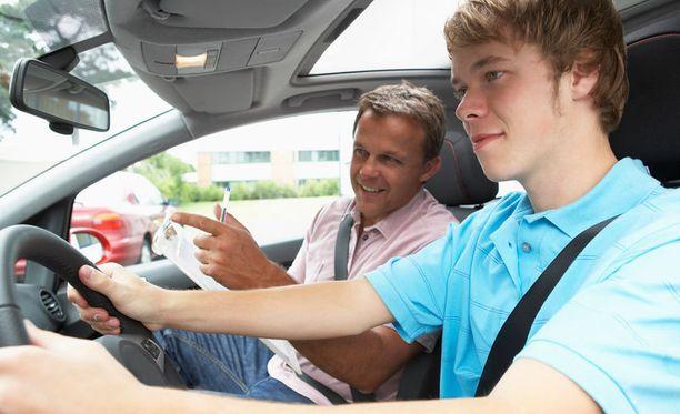 Vanhempaa kannattaa kuunnella liikenteessä.