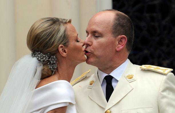 Vastavihityt suutelivat vihkikirkkonsa Saint Devoten edustalla.