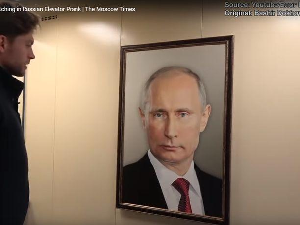 Tämän näköinen muotokuva tervehti hissiin astelijoita Venäjällä.
