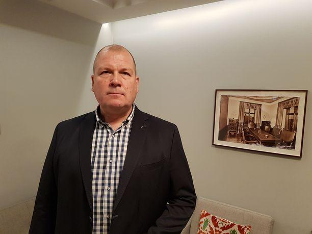 Lähitaksin toimitusjohtaja Juha Pentikäinen on huolissaan pikkujoulun taksijonojen hintaruletista.