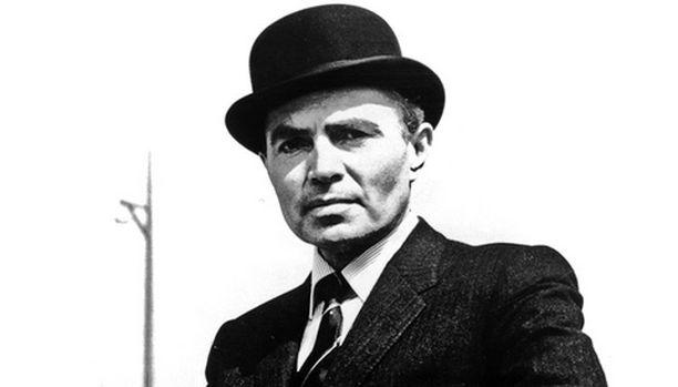 James Mason keksii keinon kääriä suuret rahat kasaan juorulehdistön ja vakoojapelon kustannuksella.