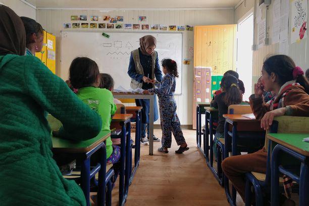 Pakolaisleirillä käydään koulua ja yritetään elää normaalia elämää.