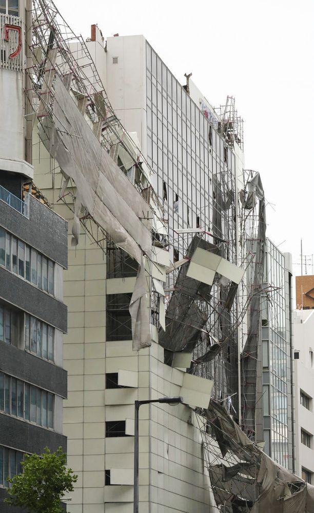 Rakennustelineet romahtivat tuulessa ja hajottivat korkean rakennuksen julkisivua.