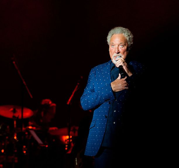 Laulaja Tom Jones pahoittelee Twitterissä kiertueen siirtymistä.