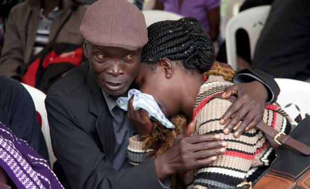 Omaiset tunnistivat läheistensä ruumiita maanantaina. Tilanne oli raskas monelle perheenjäsenensä menettäneelle.
