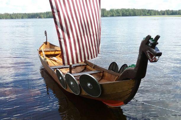 Karste kutsuu venettä viikinkityyliseksi uiskoksi.