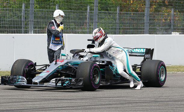 Lewis Hamilton yritti työntää Mersua vielä varikolle.
