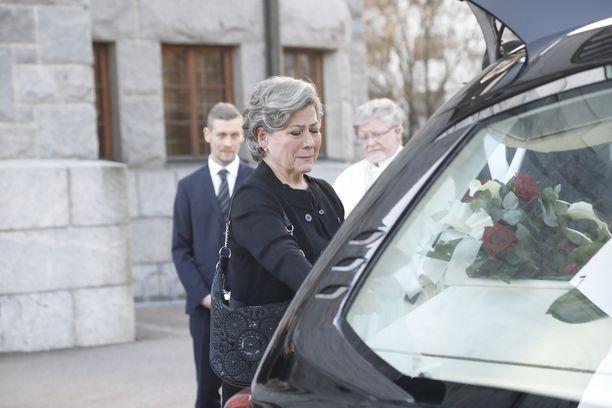 Leski Hilkka Ahde hyvästeli puolisonsa arkun Kallion kirkon pihalla.