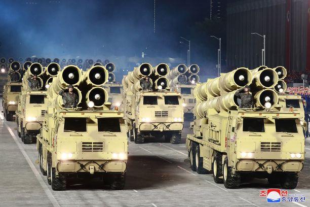 Pohjois-Korea esitteli sotilasparaatissa lauantaina mittavia sotavarusteita. Pohjois-Korean propagandatoimisto KCNA:n kuva.