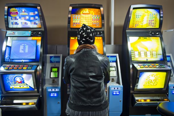 - Joltain loppuvat rahat junalippuun, kun avovanki pelaa lippurahansa asemalla tai kauppareissulla pysähtyy hedelmäpelien äärelle ja kuluttaa rahaa ja aikaa siihen.